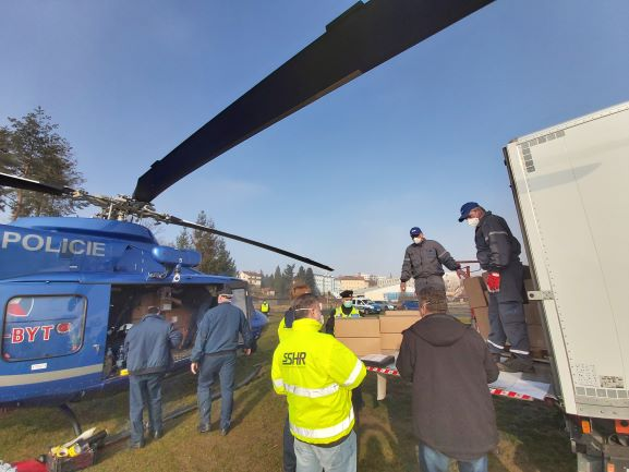 Nakládání materiálu do vrtulníku