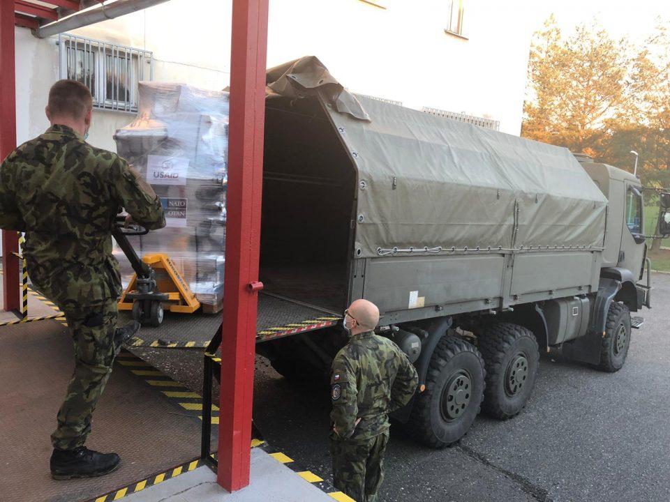 Armáda ČR přivezla plicní ventilátory ze zásob NATO