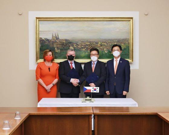 Hyundai Steel Czech darovala 2 miliony Kč na boj s koronavirem